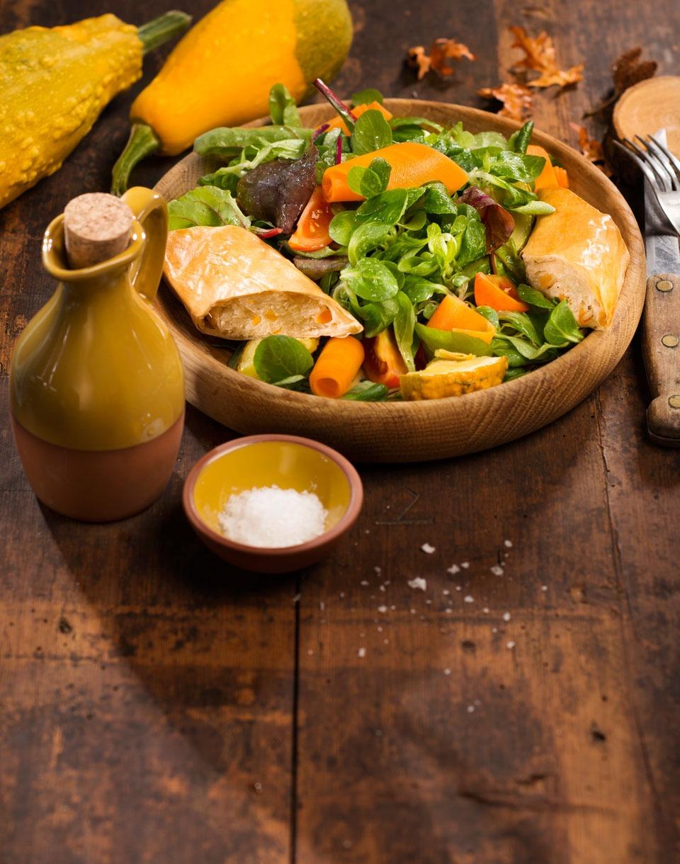 Herbstlicher-Salat-mit-Sauerkrautstrudel